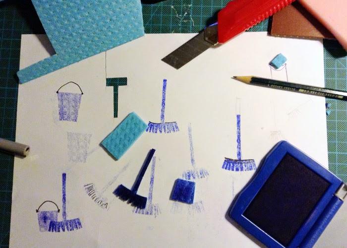 Stempel aus einem Schwammtuch mit der Schere geschnitten. Besen und Eimer. Stempelkissen blau. Frühjahrspostkarte Frühjahrsputz