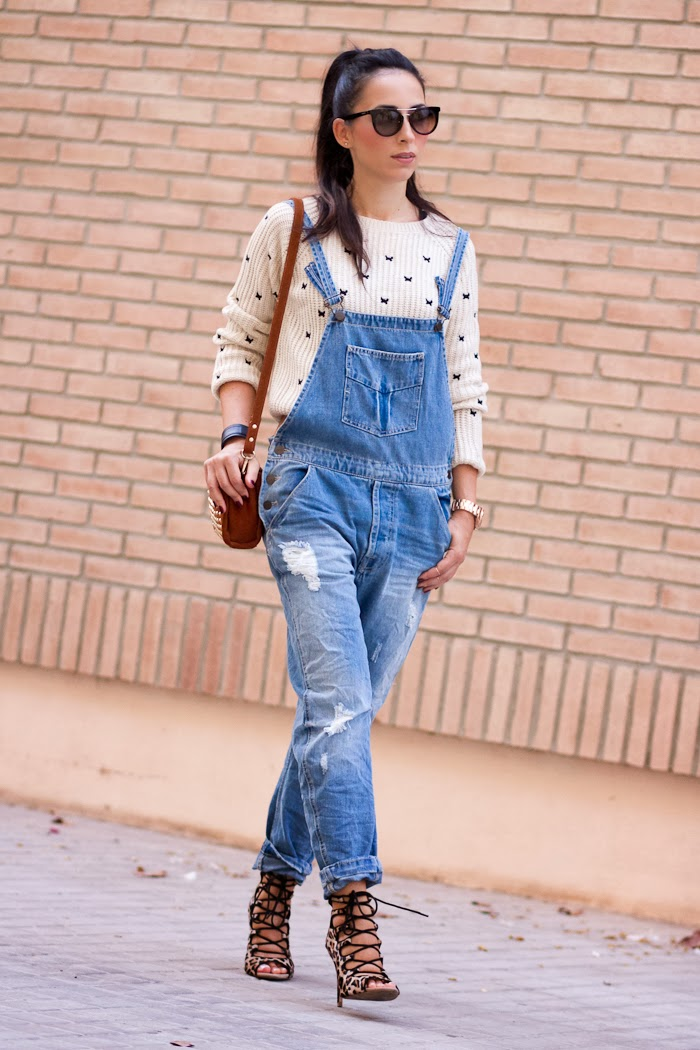 Casual and relaxed outfit with denim dungaree, crop top and lace-up animal print sandals