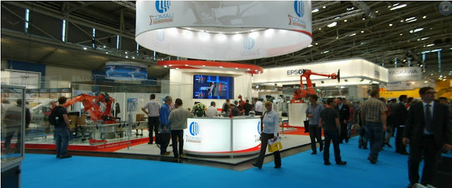 Palletizer and Packer area filling boxes at Automatica 2012 in cooperation with Comau