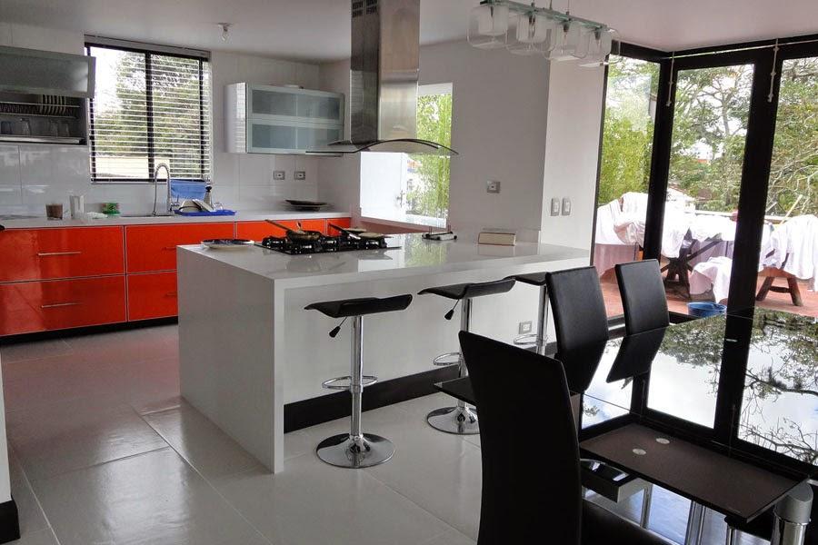Cocina integral moderna naranja y blanca pereira cocinas for Disenos de cocinas campestres