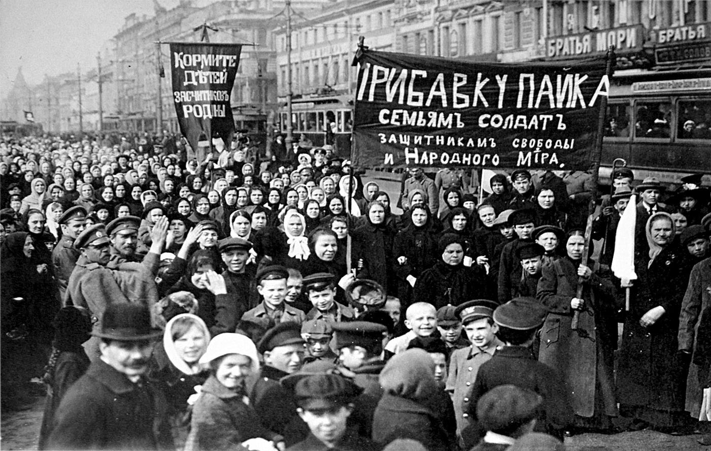 La importancia histórica mundial de la Gran Revolución Socialista de Octubre - Boris Ponomariov (1977) 9.+Manifestantesen+la+revoluci%C3%B3n+de+febrero+de+1917