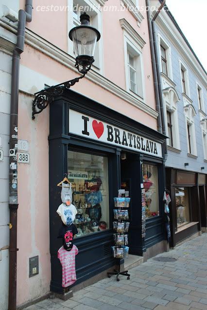 obchod se suvenýry // a souvenir shop