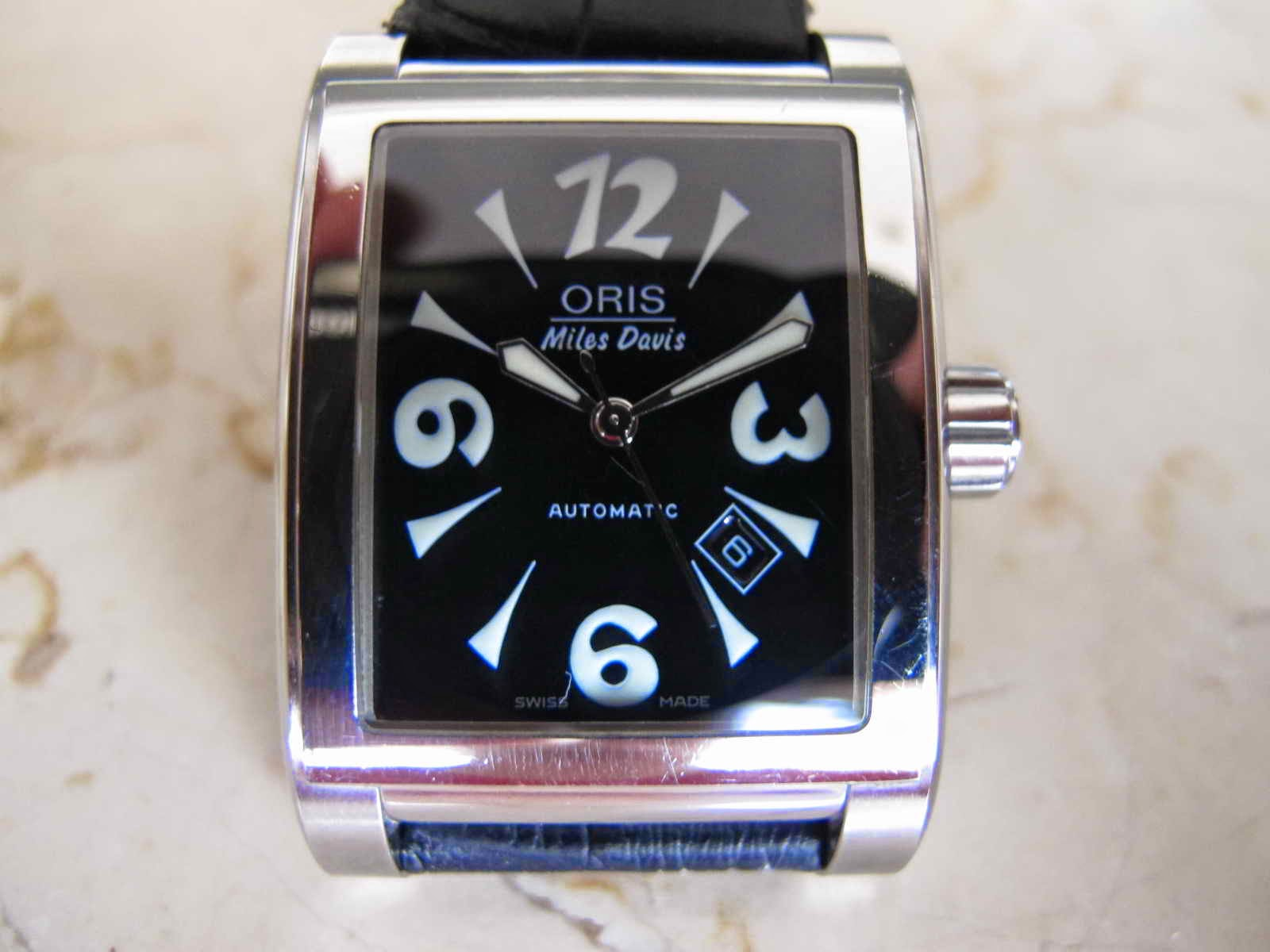Cocok untuk Anda yang sedang mencari jam tangan dengan bentuk kotak TV Shape Swiss Made dan Limited Edition ORIS MILES DAVIS