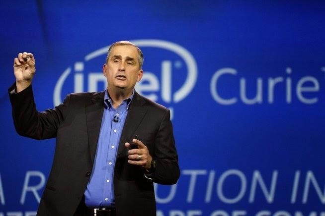 Ο Brian Krzanich, Διευθύνων Σύμβουλος της Intel, ο υπολογιστής κρατάει το μέλλον του οράματος της εταιρείας στα χέρια του, τον υπολογιστή σε μέγεθος ενός μεγάλου κουμπιού.