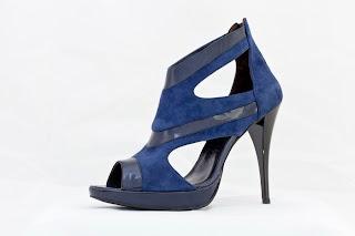 poza cu sandale albastre inalte