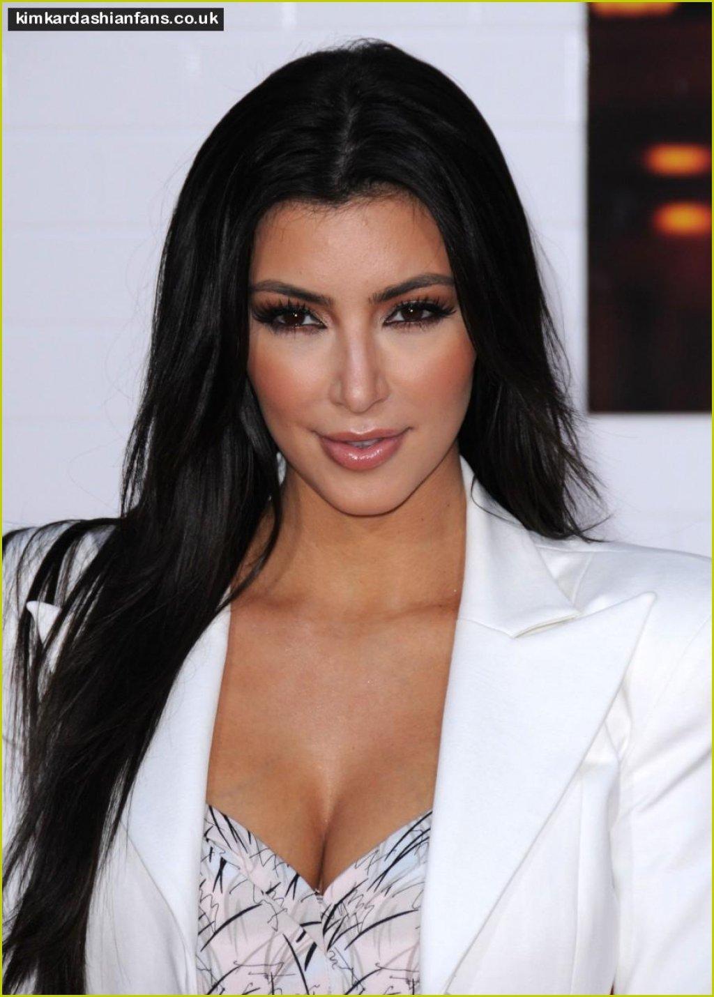 http://1.bp.blogspot.com/-eZ8VNbHJZ7I/UPHhrj3yubI/AAAAAAAAFR8/tFQcXFkIA1k/s1600/160463_kim_kardashian_no_clothes.jpg