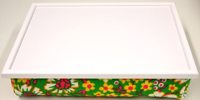 Knietablett mit weißem Rahmen und weißer Oberfläche, Stoff Vintage 60er 70er Frottee, Blumen, weiß, grün, gelb, pink, orange Made in Germany wohnraumformer