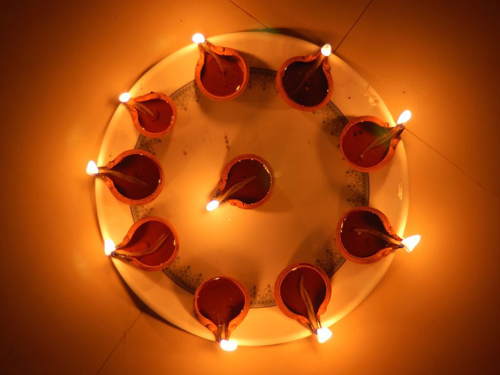 http://1.bp.blogspot.com/-eZNu_7wSrw4/UJtsn87ZXcI/AAAAAAAAB3c/bOk8-uVx2CA/s1600/diwali+wallpaper+2012.jpg