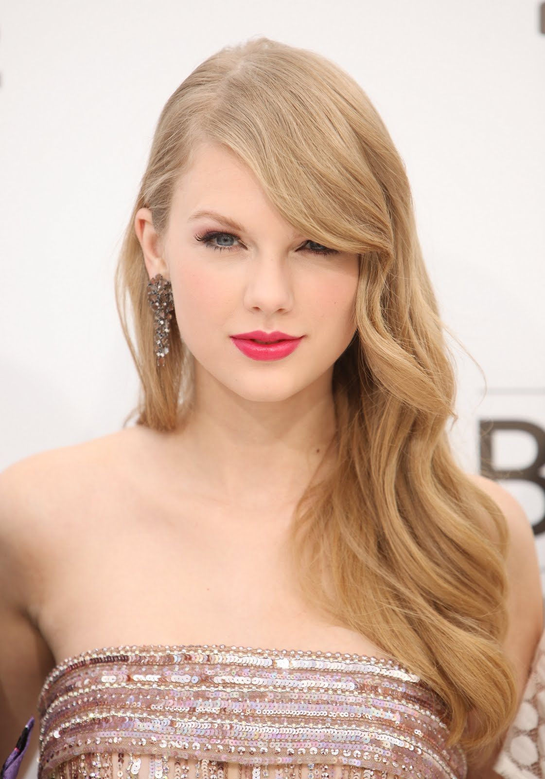 http://1.bp.blogspot.com/-eZTiJLuk34A/TdxV9WmHbOI/AAAAAAAAGMQ/iGHv0JLSQDw/s1600/Taylor_BillboardAwards.jpg