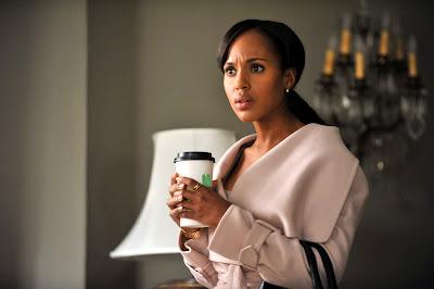 Olivia Pope sujetando un te en la serie Scandal
