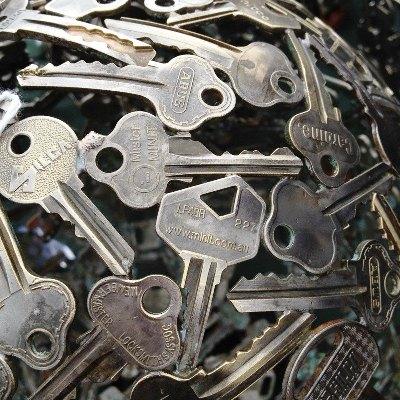 كرة مصنوعة من المفاتيح القديمة
