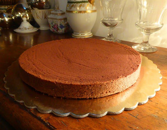 Pere al vino rosso speziato in crosta al cioccolato.