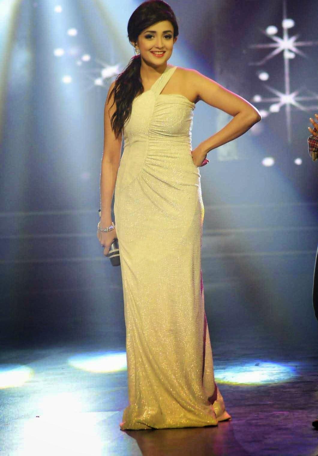 Bollywood Cute Teenage Playback Singer Monali Thakur Latest Stills and ...