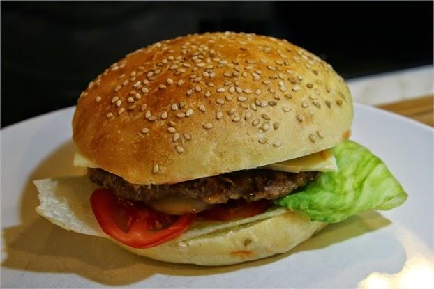 Hamburger, selbstgemacht- fertig belegt