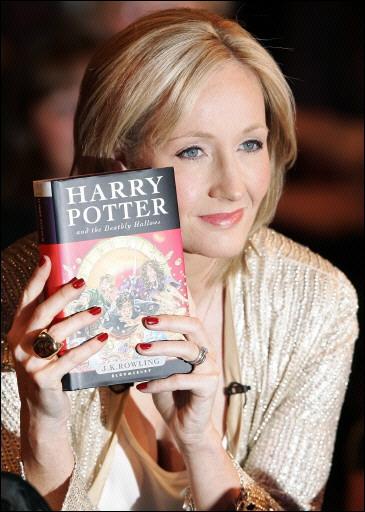 J.K. Rowling compte sortir un roman adulte !  - Page 2 Jkrowlinghold