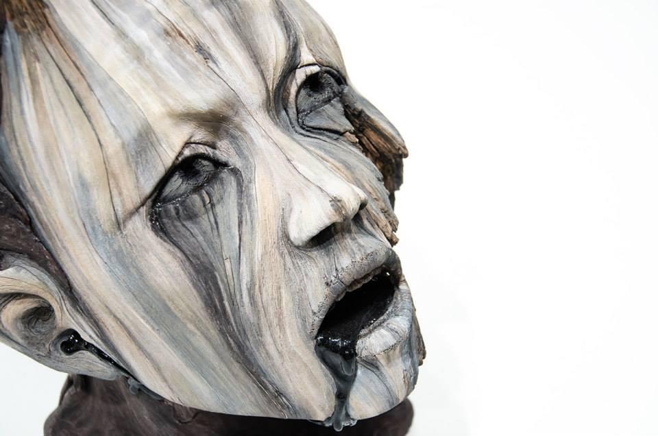 """グロすぎ!木の質っぽさを残した人間の首だけの作品""""Asphyxia""""の紹介。"""