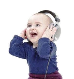 Foto gambar bayi lucu mendengarkan musik 28