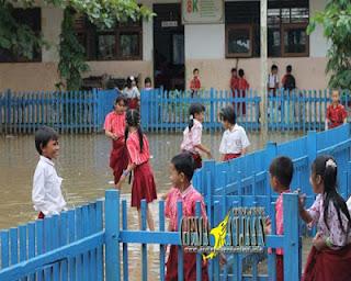 Halaman SDN 1 Sungai Kupang Tergenang Air