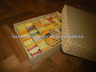 Interior de caja de cartón forrada de tela para guardar hilos de bordar
