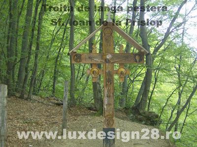 Crucea din lemn in drumul catre pestera Sf. Ioan de la Prislop