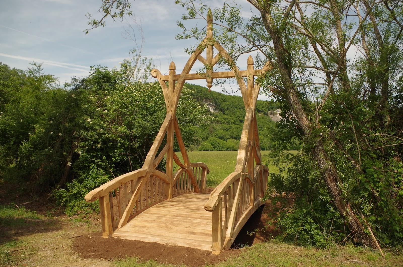 petit pont de bois dans la vall e de la v z re. Black Bedroom Furniture Sets. Home Design Ideas