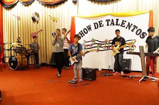 Alunos da Escola M. Prof. Sylvio Amaral se apresentam no palco da Pro Arte Teresópolis
