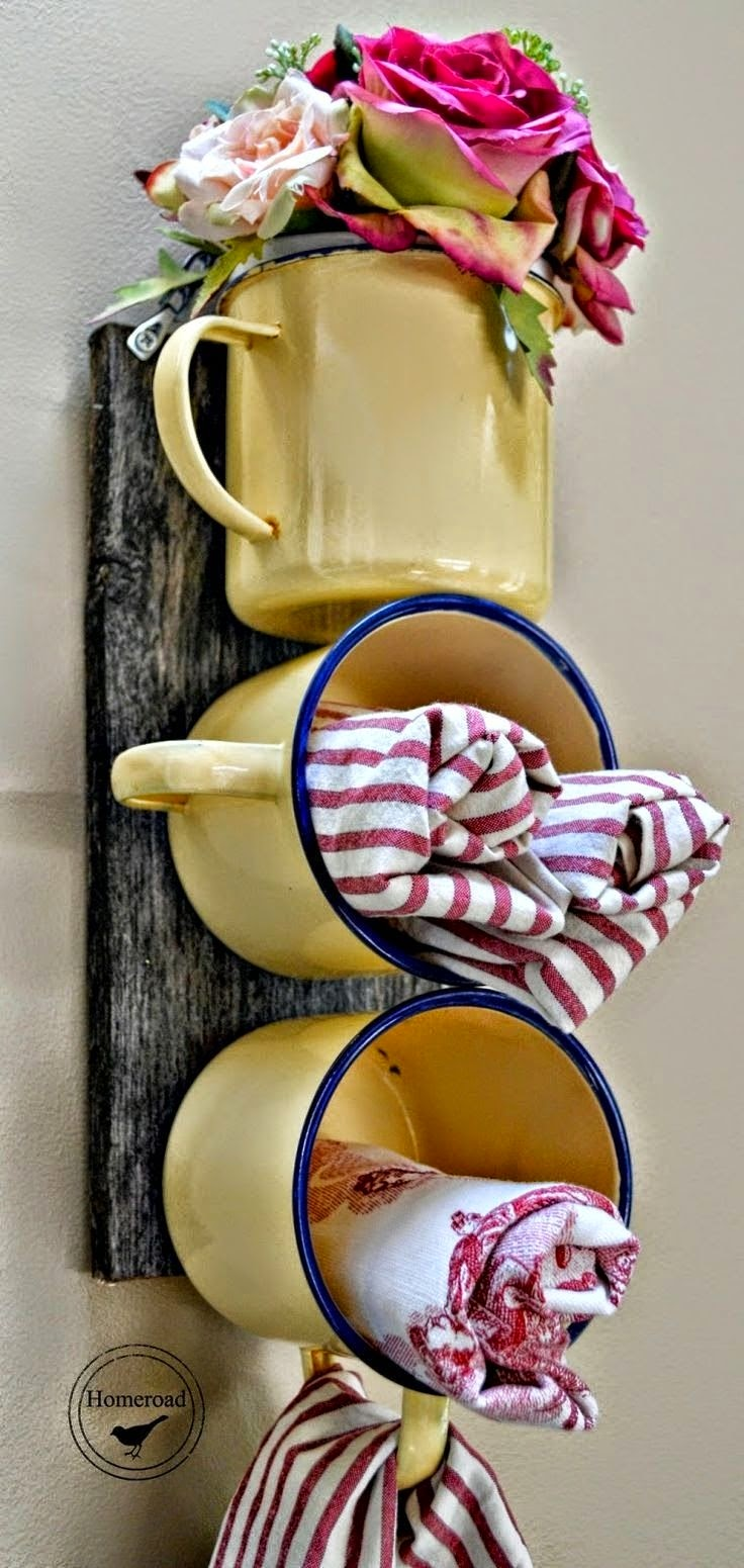 nichos de canecas esmaltadas para colocar paninhos, guardanapos e ainda aproveitando a alça para pendurá-los