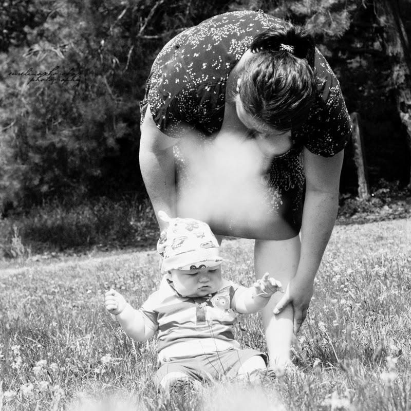 fotografia Ewelina Choroba, czarnobiałe, BW, mama z dzieckiem, mother with baby, park