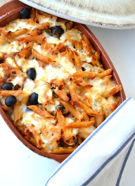 pasta la forno con zucchine, mozzarella, olive e pomodoro