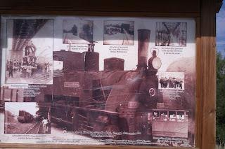 Cartel sobre el antiguo ferrocarril en la Vía Verde del Río Guadarrama