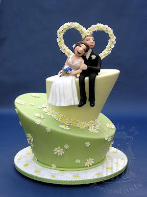 Schiefe Torte mit Brautpaar und Gänseblümchen wedding cake