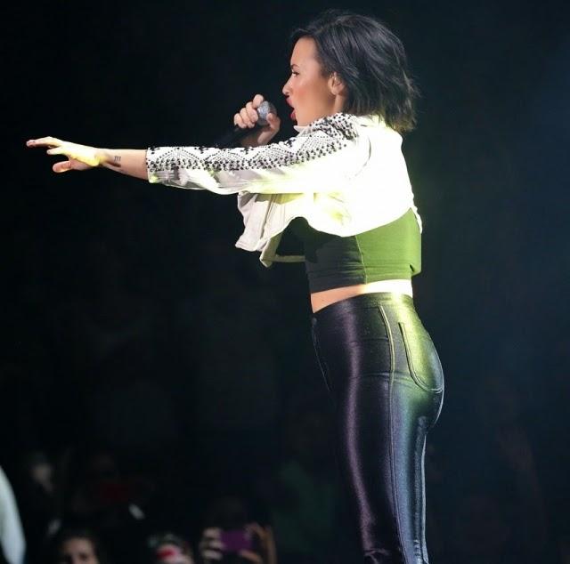 Trasero de Demi Lovato en Jingle Ball 2014