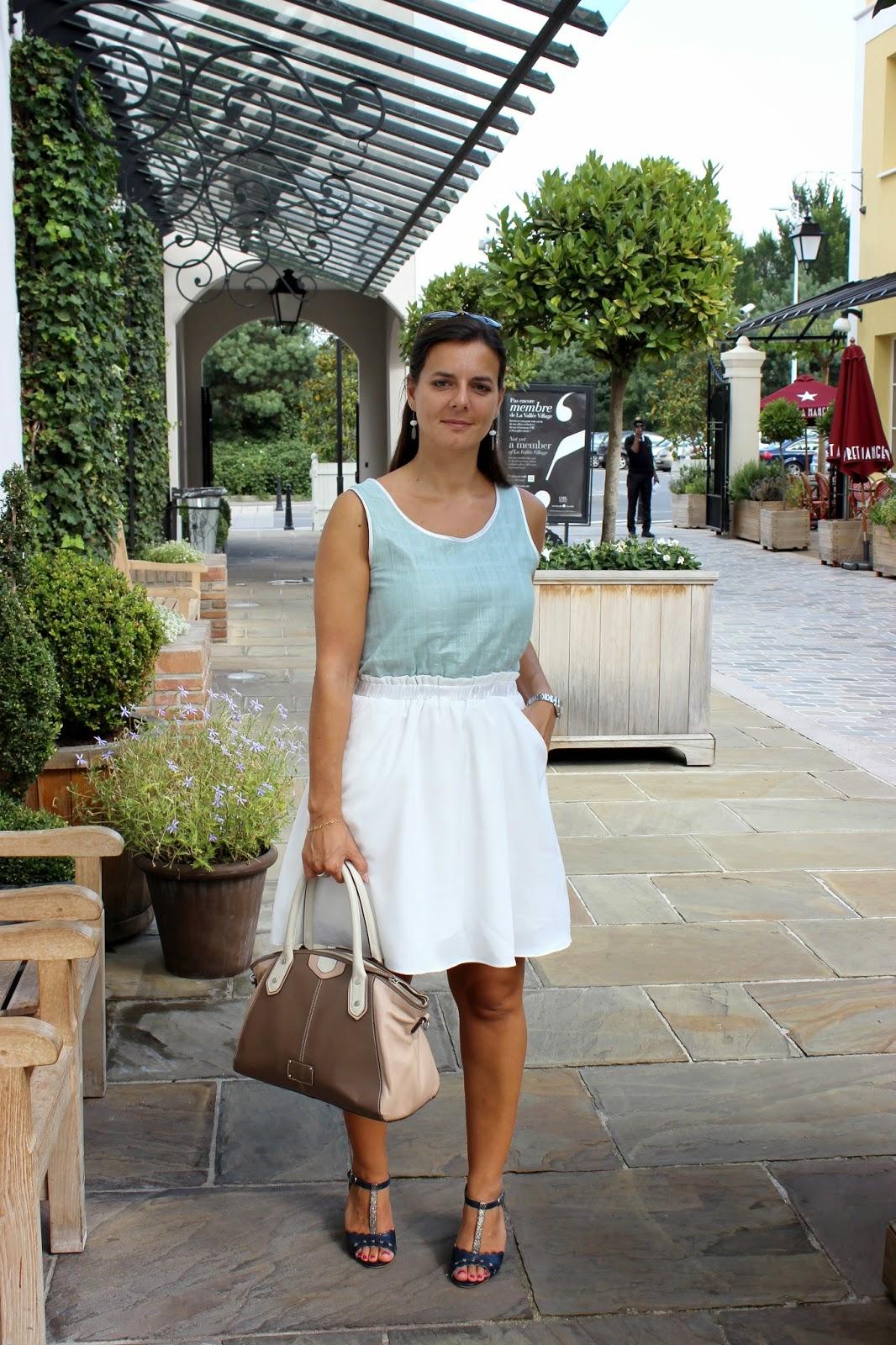 la vallée village, robe suncoo, sac clarks, chaussures kookai bleues