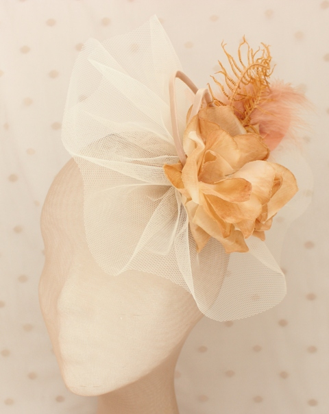 Colección La Cesta - Tocado Tul Nude flor (Frente)
