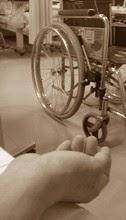 車椅子と手