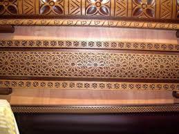 D coration de salon marocain banquette en bois pour salon marocain for Modele sallon en bois