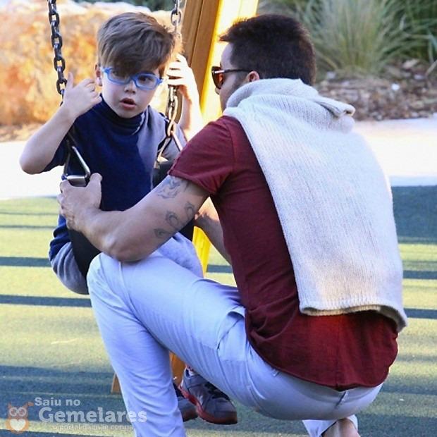 Ricky Martin se diverte com os filhos gêmeos