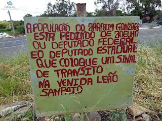 População coloca placa pedindo ajuda aos governantes.