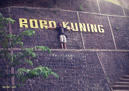 Berphoto di tulisan Roro Kuning