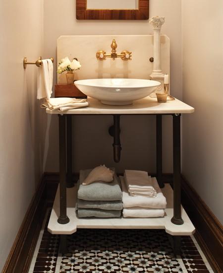 Классический интерьер маленькой ванной комнаты