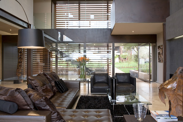 Modern living room of Serengeti House by Nico van der Meulen Architects