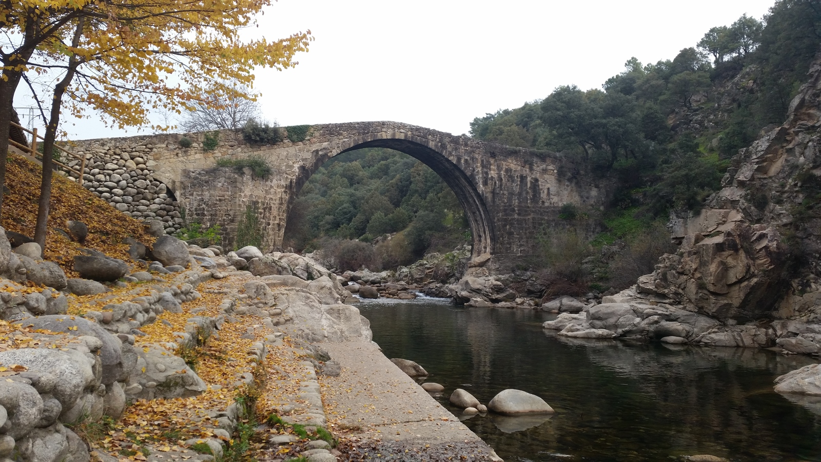 Puente romano de alardos en madrigal de la vera c ceres for Piscina natural madrigal de la vera
