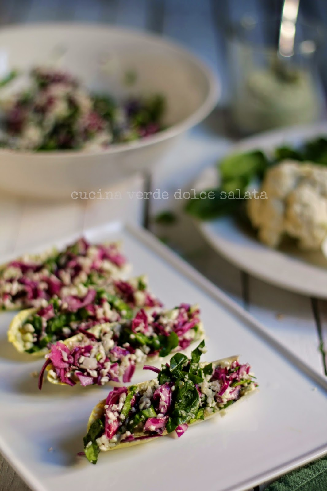 Barchette d'indivia con salsa di capperi e verdure