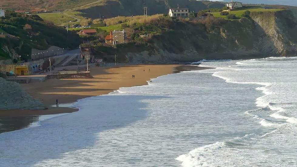 la orilla de la playa en pleamar sope