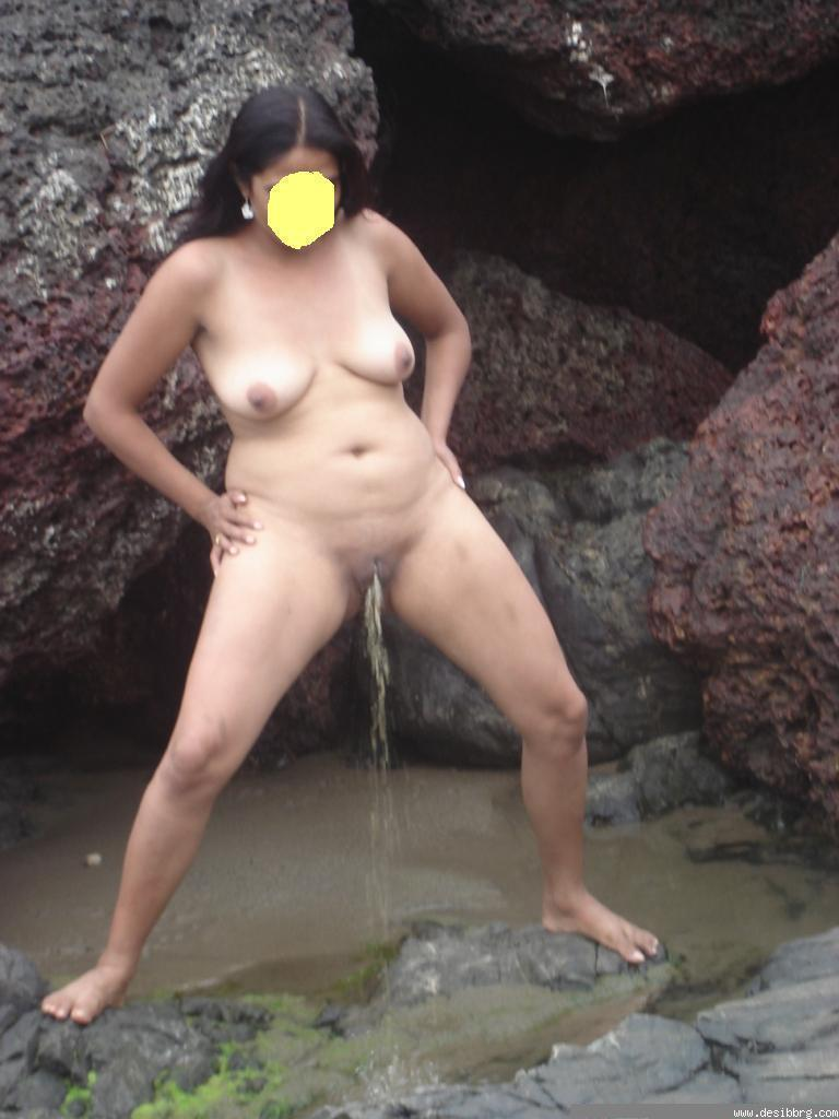 naked indian girl doing pee