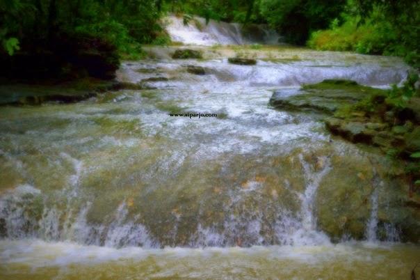 Derasnya aliran Air Terjun