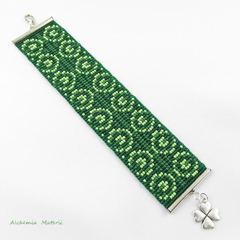 Zielona bransoletka z koniczyną.