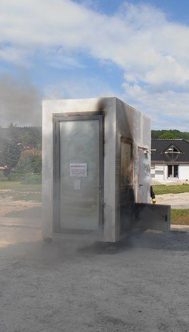 Auf Der Linken Seite Sieht Man Schon Nach 20 Min. Wie Die 2 Flügliche  Brandschutztür Sich Nach Innen Wölbt. Die Türen Haben Zu Dieser Zeit Aber  Noch Ihre ...