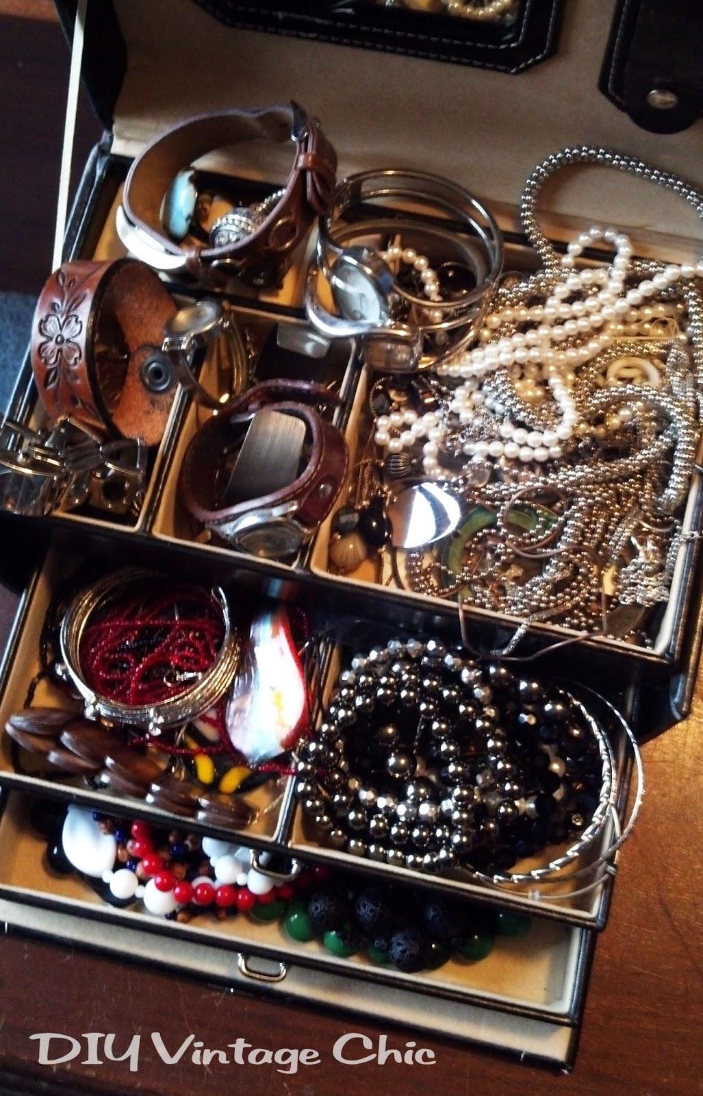 DIY Vintage Chic DIY Jewelry Holder