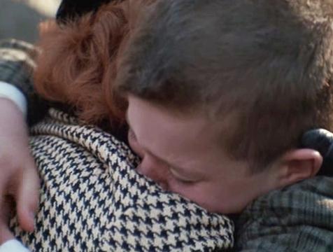 Una madre consuela a su hijo en El Club de los Poetas Muertos - Cine de Escritor